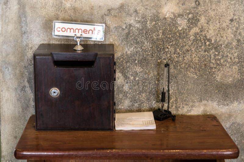 Una tavola di servizio con la scatola e forma per le osservazioni fotografia stock libera da diritti