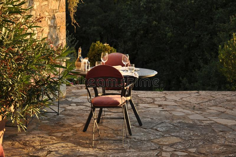 Una tavola dinning in un palazzo dell'Italia immagine stock libera da diritti