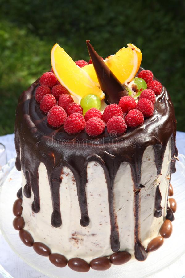 Una tavola festiva decorata con la torta di compleanno con i fiori ed i dolci immagine stock libera da diritti