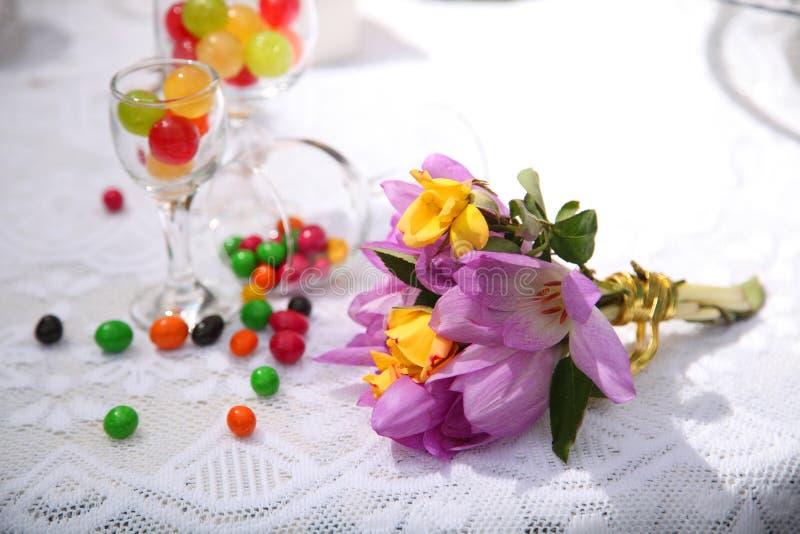 Una tavola festiva decorata con la torta di compleanno con i fiori ed i dolci fotografie stock