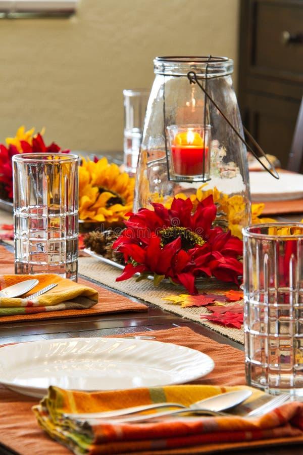 Una tavola messa per il ringraziamento immagini stock