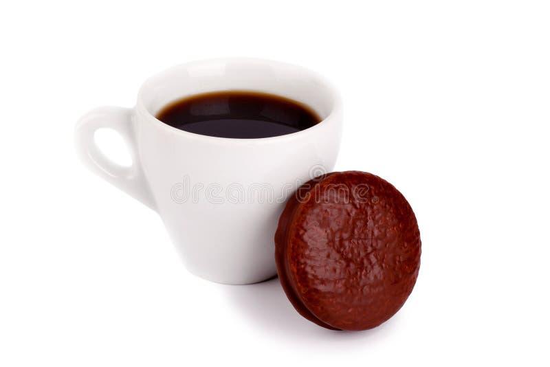 Una taza blanca de café sólo y de torta de chocolate en cierre aislado fondo blanco para arriba imagenes de archivo