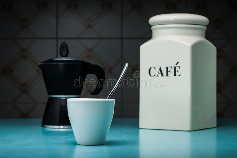 Una taza blanca de coffe con la moca imágenes de archivo libres de regalías