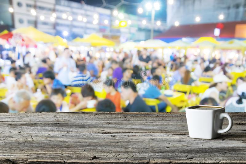 Una taza de café con leche, comida borrosa de la calle imagenes de archivo