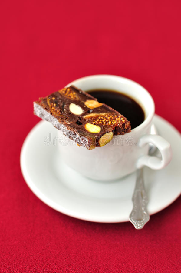 Una taza de café con Panforte imagen de archivo libre de regalías