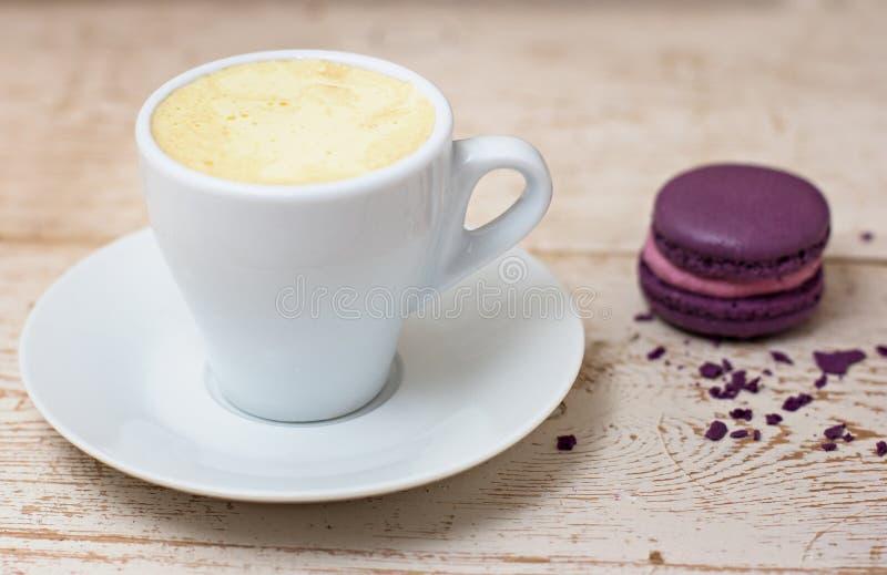 Una taza de café express y de macarrones del café imagen de archivo