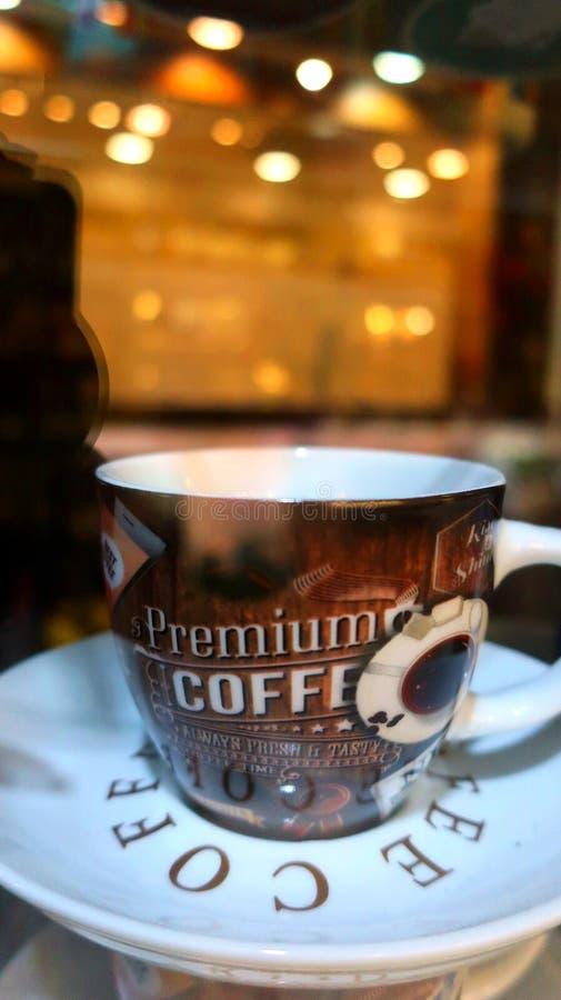 Una taza de café oscuro en la noche fotografía de archivo