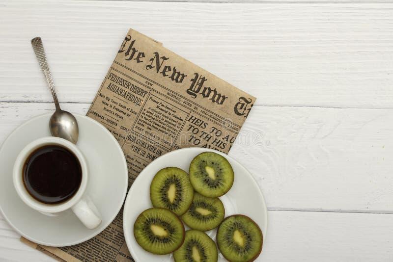 Una taza de café, pan fresco, tostada en un fondo arbolado blanco Pan fresco del desayuno de la mañana con una taza de café Visió fotos de archivo