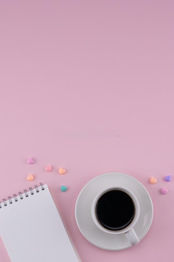 Una taza de café y de cuaderno en blanco fotos de archivo libres de regalías