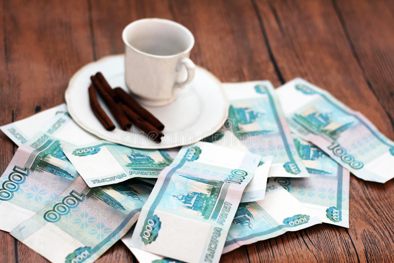 Una taza de café y de dinero fotos de archivo libres de regalías