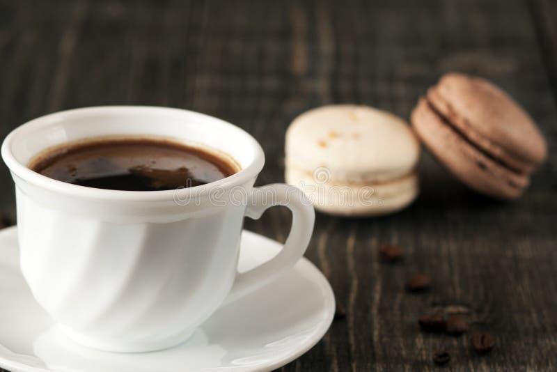 Una taza de café y de macarrones fotos de archivo libres de regalías