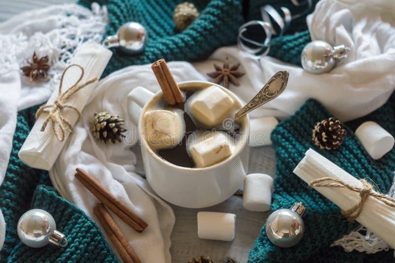 Una taza de café y de melcocha en el ajuste de la tabla del Año Nuevo foto de archivo
