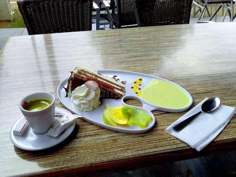 Una taza de café y un delicioso postre imagen de archivo libre de regalías