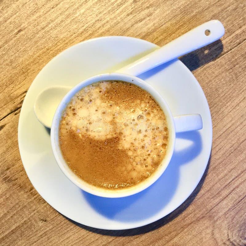 Una taza de caf? espresso Tazas de caf? y granos de caf? frescos alrededor fotografía de archivo