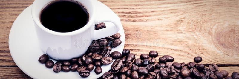 Una taza de caf? y de granos de caf? dispersados disposici?n Endecha plana Grano de caf? fotografía de archivo libre de regalías