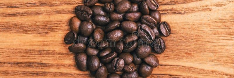 Una taza de caf? y de granos de caf? dispersados disposici?n Endecha plana Grano de caf? imágenes de archivo libres de regalías