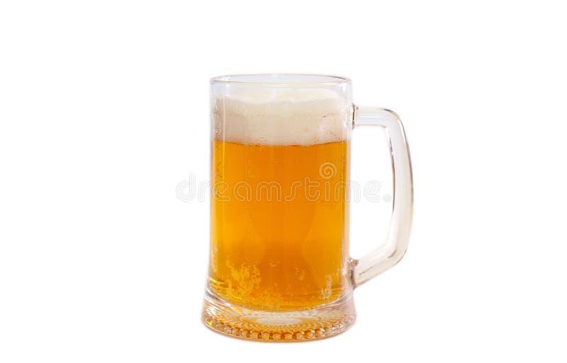 Una taza de cerveza aislada en un fondo blanco imágenes de archivo libres de regalías