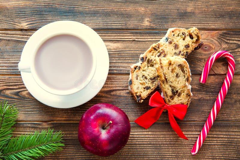 Una taza de chocolate caliente y una tradicional tarta de Navidad hinchada en un fondo rústico marrón. Visi?n superior fotografía de archivo libre de regalías