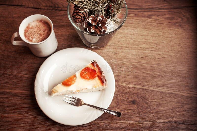 Una taza de chocolate con la torta en la placa blanca foto de archivo libre de regalías