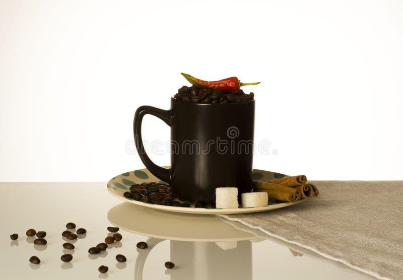 Una taza de granos de café para el pimiento picante de los amantes del café imagen de archivo