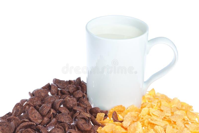 Una taza de leche en fondo del cereal. foto de archivo
