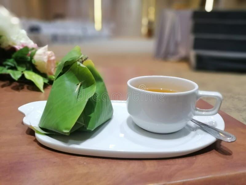 Una taza de té con el postre tailandés imagen de archivo libre de regalías