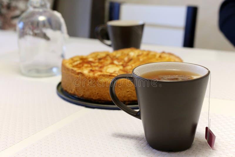 Una taza de té con una empanada de manzana fotos de archivo libres de regalías