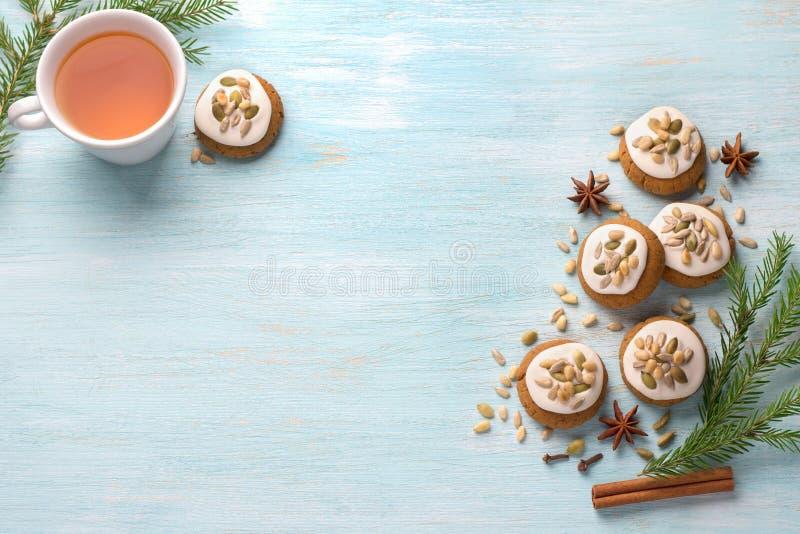 Una taza de té con los panes de jengibre fragantes de la Navidad de la miel con el esmalte y las nueces imagenes de archivo