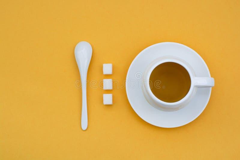 Una taza de t? en un fondo amarillo foto de archivo libre de regalías