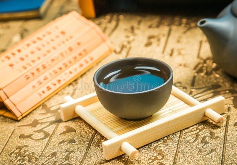 Una taza de té entero del souchong del lapsang de la hoja, un té condimentado ahumado rico fotos de archivo libres de regalías
