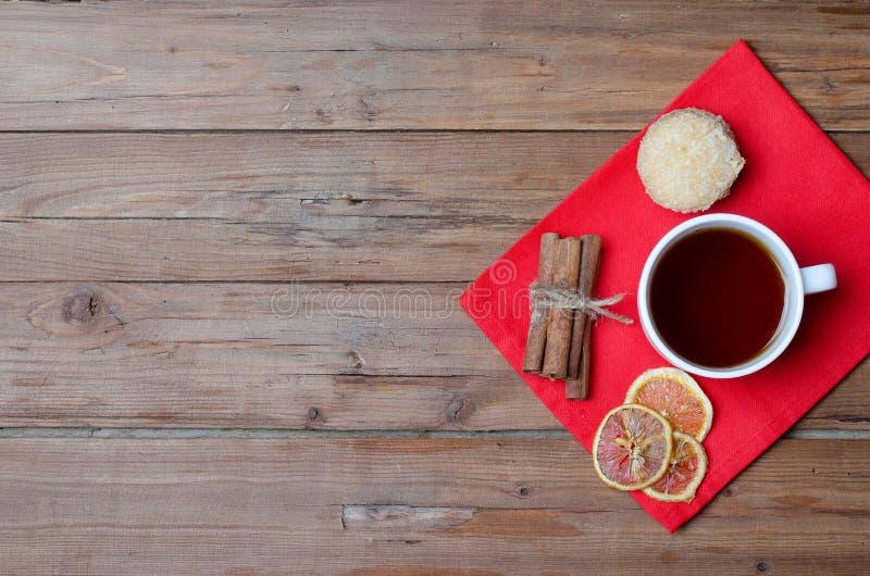 Una taza de té y de especias calientes en una tabla de madera fotografía de archivo libre de regalías