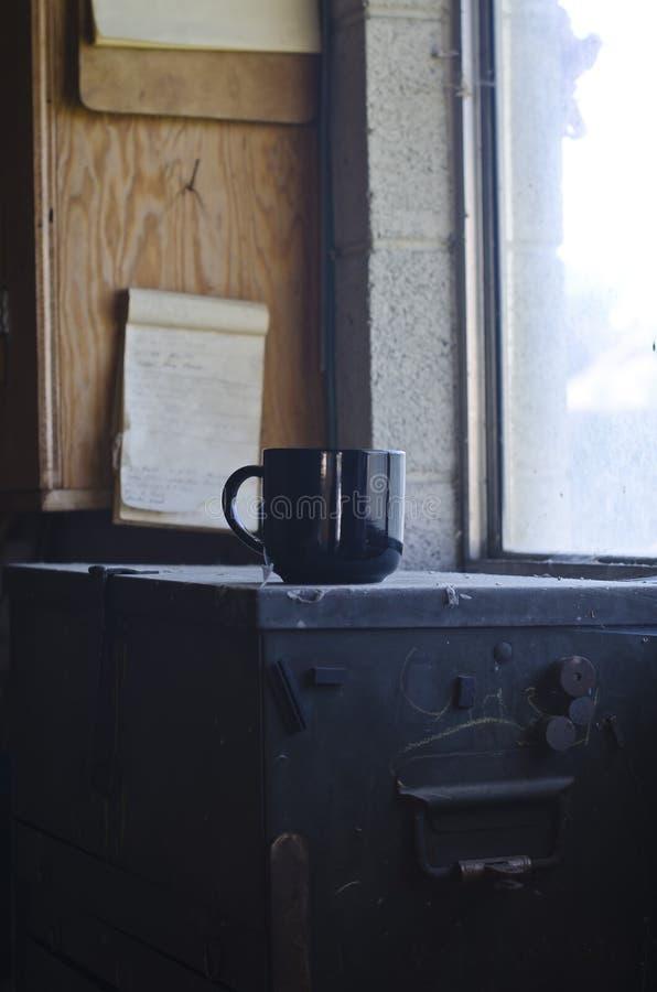 Una taza en blanco larga del café sólo en una caja de herramientas foto de archivo