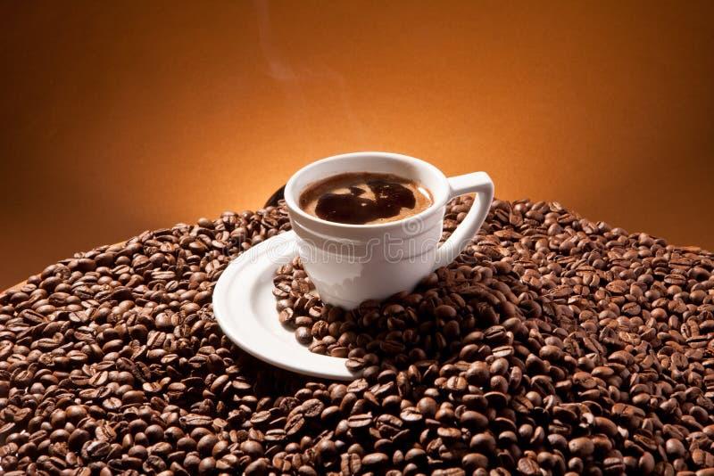 Una taza y habas del coffe foto de archivo libre de regalías