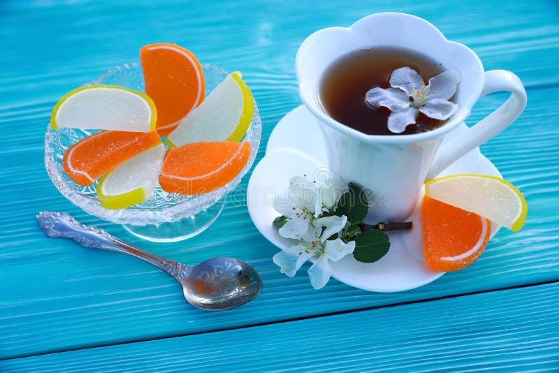 Una tazza bianca di tè e di marmellata d'arance fotografia stock