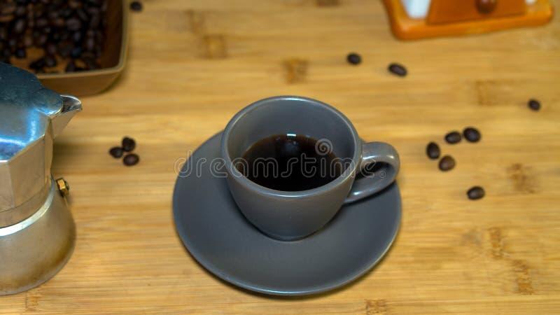 Una tazza del caffè del caffè espresso, un moka italiano della macchinetta del caffè fotografia stock libera da diritti
