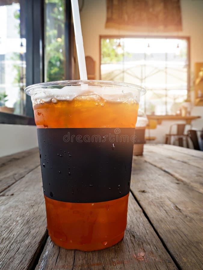 Una tazza del tè del limone del ghiaccio fotografia stock