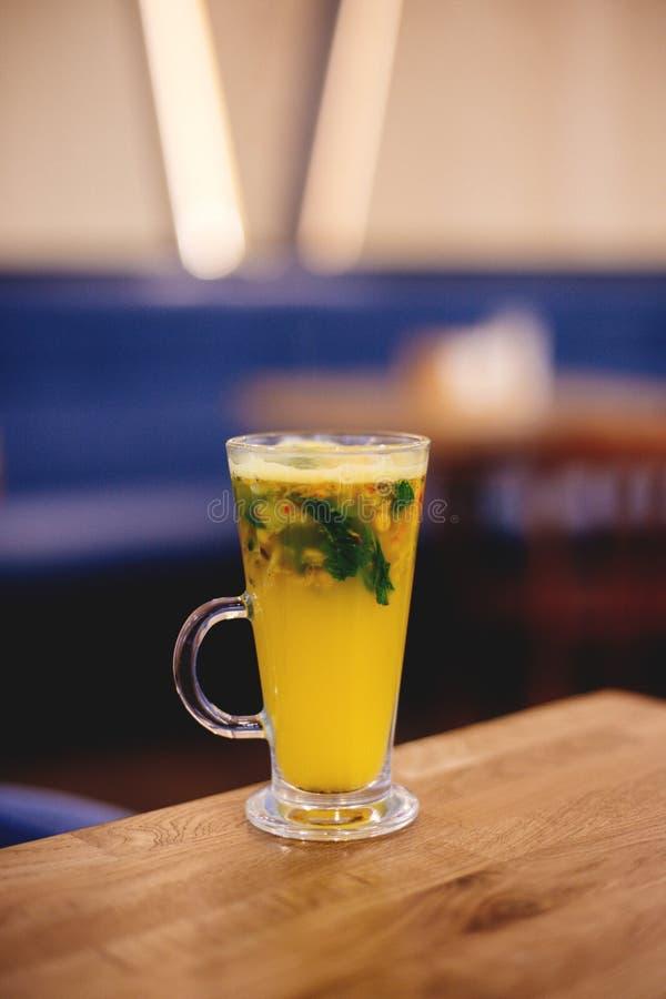 Una tazza del tè dell'agrume fotografia stock libera da diritti