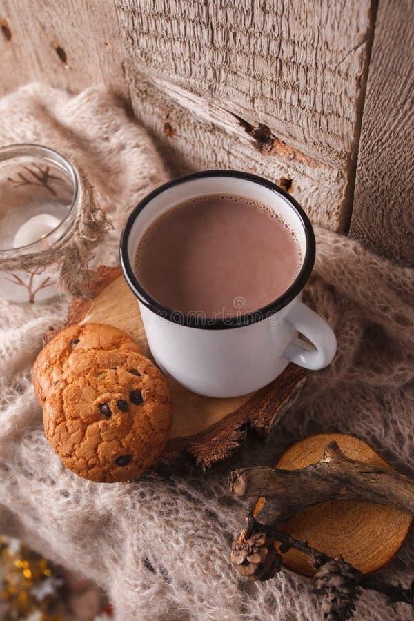 Una tazza di cacao caldo con i biscotti americani tradizionali su un marrone ha tricottato la sciarpa Autunno accogliente, caduta fotografie stock