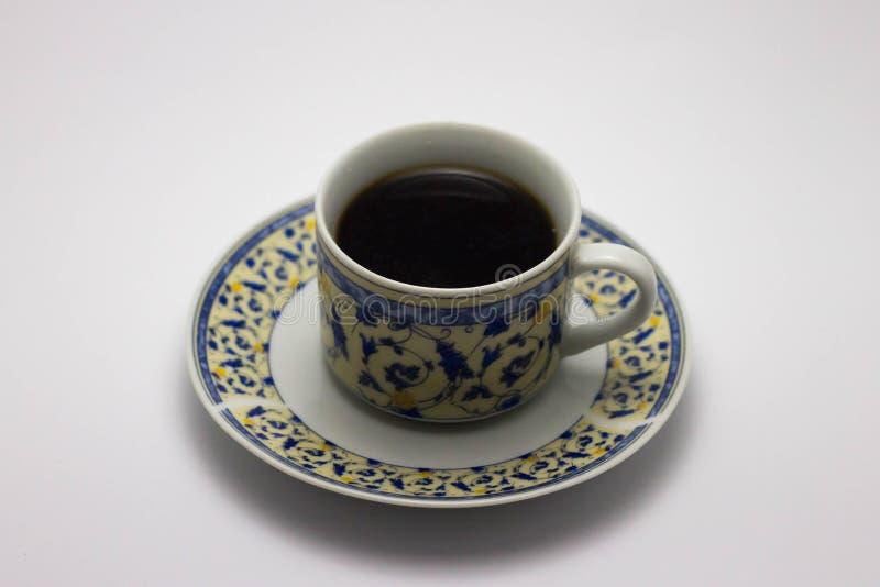 Una tazza di caffè caldo che sta sulla tavola di legno immagine stock