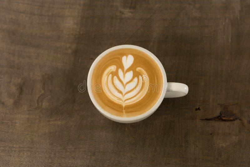 Una tazza di caffè con arte a forma di del latte del tulipano fotografia stock libera da diritti