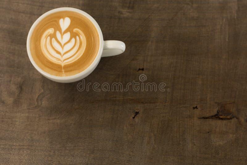 Una tazza di caffè con arte a forma di del latte del tulipano immagine stock libera da diritti