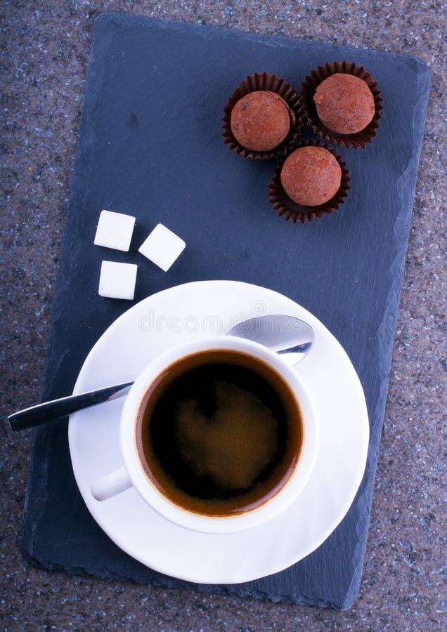 Una tazza di caffè con la caramella del tartufo fotografie stock libere da diritti