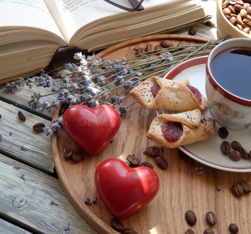 Una tazza di caffè con le caramelle gommosa e molle su un vassoio di legno fotografia stock libera da diritti