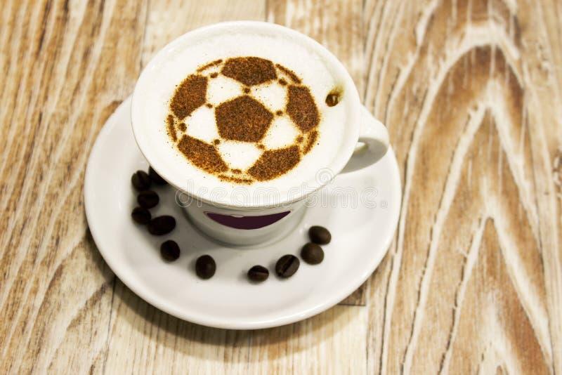 Una tazza di caffè con pallone da calcio fotografia stock libera da diritti