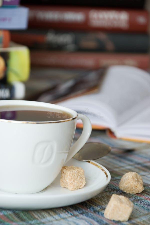 Una tazza di caffè con zucchero immagini stock libere da diritti