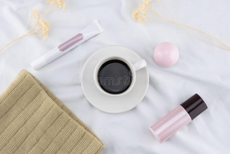 Una tazza di caffè e uno skincare fotografia stock libera da diritti