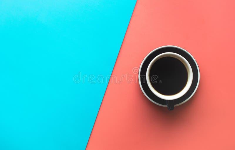 Una tazza di caffè su fondo pastello variopinto Vista superiore immagine stock libera da diritti