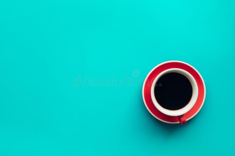 Una tazza di caffè su fondo pastello variopinto Vista superiore fotografie stock libere da diritti