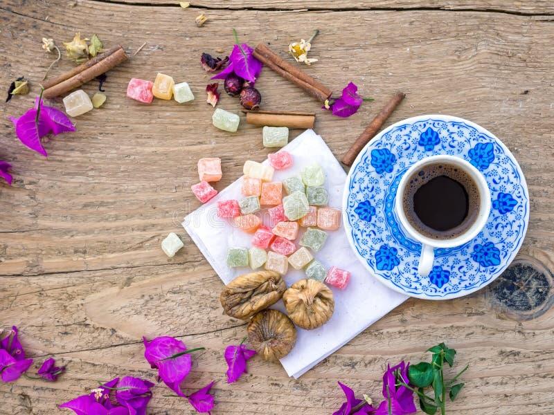 Una tazza di caffè turco con i dolci e le spezie su un surfa di legno immagini stock libere da diritti