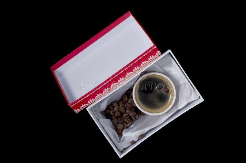 Una tazza di caffè in un contenitore di regalo fotografia stock libera da diritti